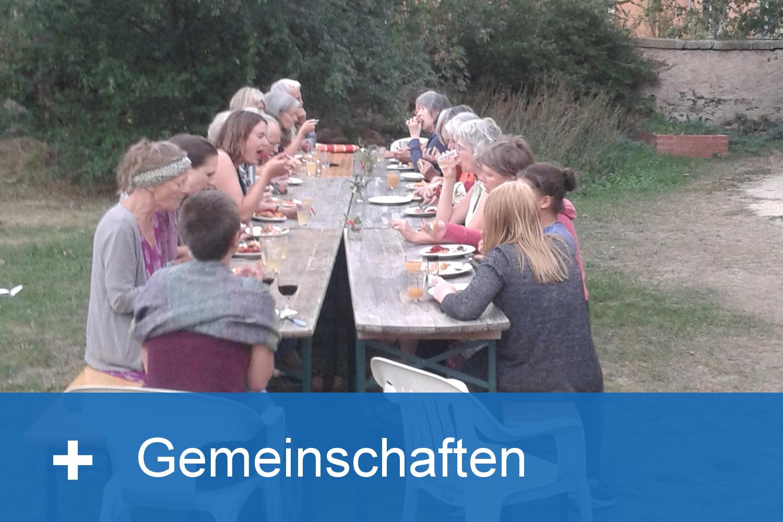 Personen sitzen gemeinsam an einem Tisch
