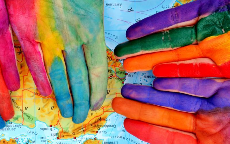 Bunt gefärbte Hände