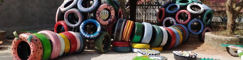 Spielplatz aus bunten Autoreifen