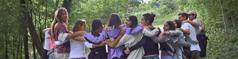 Workcamp-Gruppe gemeinsam im Wald