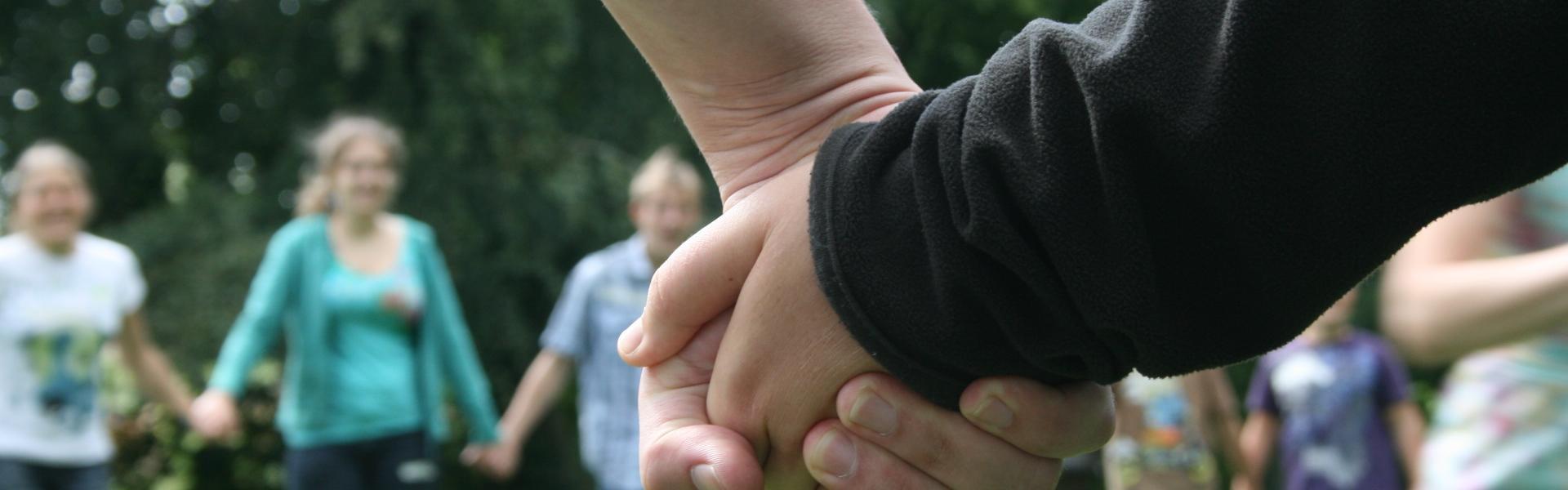 Hände halten beim Workcamp